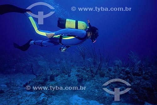 Mergulhador no fundo do mar