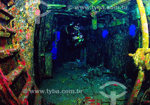 Mergulhador no interior da Corveta Ipiranga - Naufrágio - Fernando de Noronha - PE - Brasil - 2007  - Fernando de Noronha - Pernambuco - Brasil