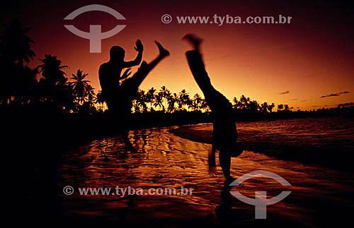 Rapazes lutando Capoeira na praia - Brasil  - Salvador - Bahia - Brasil