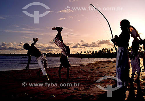 Meninos lutando Capoeira na praia - Brasil  - Salvador - Bahia - Brasil