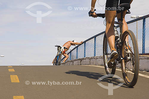 Bicicleta - Dois ciclistas no parque Sarah Kubitschek  na cidade em Brasilia - DF - Brasil - Agosto 2005  - Brasília - Distrito Federal - Brasil