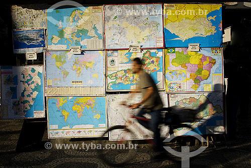 Bicicleta passando em frente a banca de jornal com mapas do Brasil e do Mundo - centro - Rio de Janeiro - RJ - Brasil  - Rio de Janeiro - Rio de Janeiro - Brasil