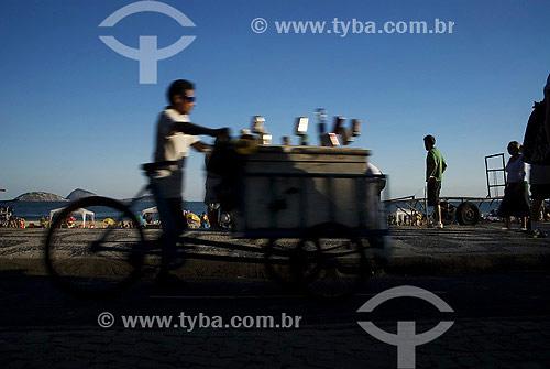 Vendedor de bebidas em bicicleta com isopor - Comércio na praia de Ipanema - Rio de Janeiro - RJ - Brasil  - Rio de Janeiro - Rio de Janeiro - Brasil