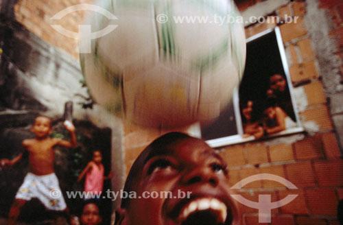 Meninos jogando bola na Mangueira - Rio de Janeiro - RJ - Brasil  - Rio de Janeiro - Rio de Janeiro - Brasil