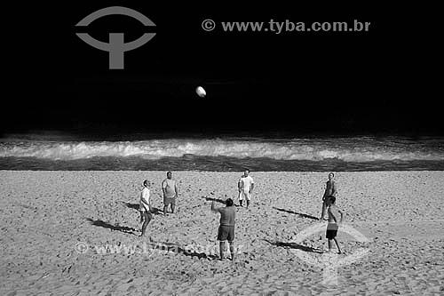 Homens jogando vôlei na Praia de Ipanema - Rio de Janeiro - RJ - Brasil  - Rio de Janeiro - Rio de Janeiro - Brasil