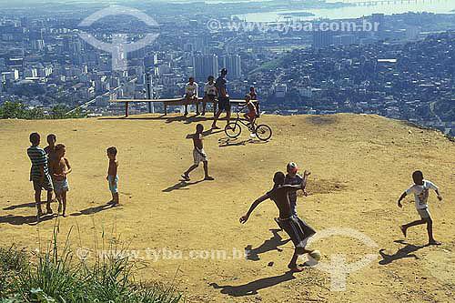Jovens jogando futebol no topo de um morro com vista para o centro do Rio de Janeiro.  - Rio de Janeiro - Rio de Janeiro - Brasil