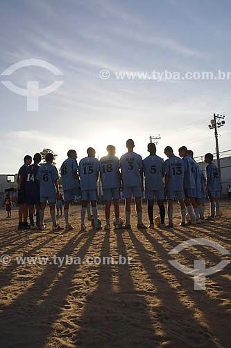Futebol - Time se preparando para jogar - Pelada - Favela da Maré - Rio de Janeiro - RJ - Brasil - Maio de 2006  - Rio de Janeiro - Rio de Janeiro - Brasil