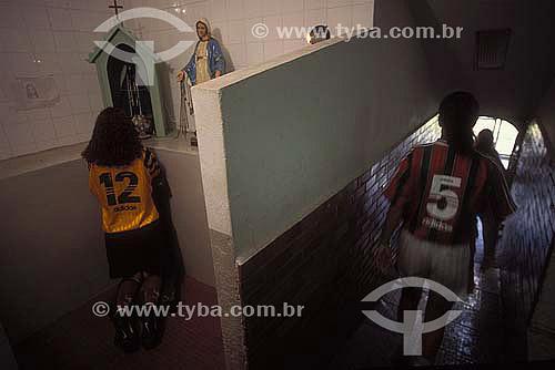 Goleira rezando antes de entrar em campo para um jogo de futebol feminino / Data: 2007