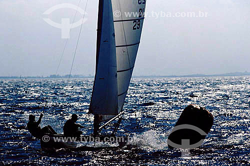 Velejadores em barco à vela