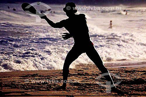 Lazer - silhueta de homem jogando Frescobol na praia de Ipanema – Rio de Janeiro - RJ  - Rio de Janeiro - Rio de Janeiro - Brasil