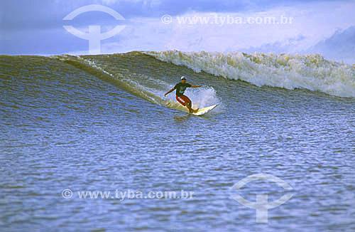 Marcelo Bibita surfando a pororoca do Rio Araguari, e estabelecendo uma nova marca no Guiness (livro dos recordes): 19 minutos e 14 segundos - Amapa - abril de 2001  - Amapá - Brasil
