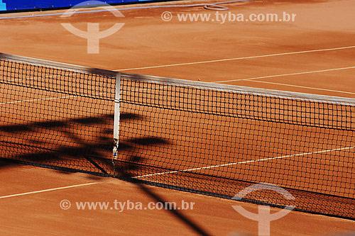 Rede de tênis em quadra de saibro