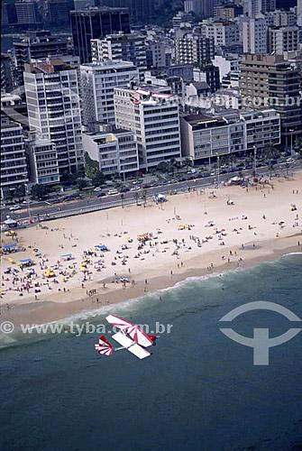 Ultraleve sobrevoando o mar com praia de Ipanema ao fundo - Rio de Janeiro - RJ - Brasil  - Rio de Janeiro - Rio de Janeiro - Brasil
