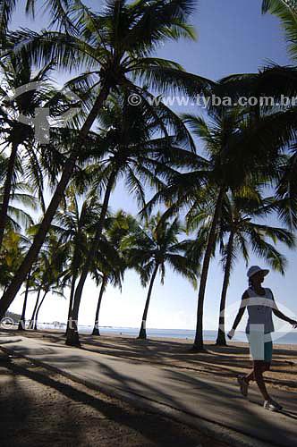Mulher caminhando entre coqueiral na Praia de Pajuçara - Maceió - Alagoas - Brasil - Março 2006  - Maceió - Alagoas - Brasil