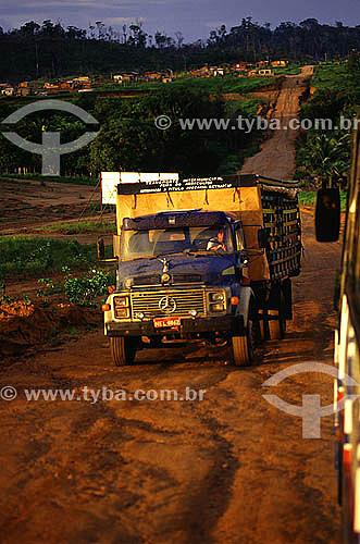 Caminhão na estrada que liga os municípios de Mazagão e Laranjal do Jari - Amapá - Brasil  - Mazagão - Amapá - Brasil