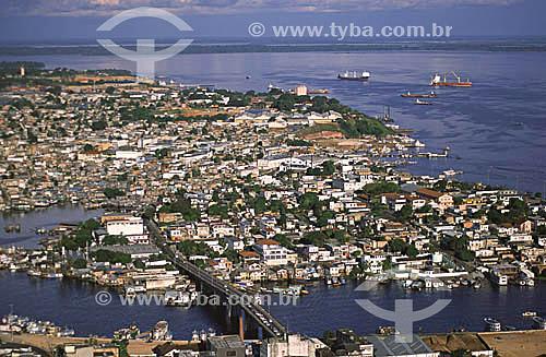 Vista aérea da cidade de Manaus mostrando a ponte Padre Antônio Plácido (sobre o igarapé dos Educandos), que liga o centro ao bairro de Educandos - ao fundo, navios no Rio Negro - Amazonas - julho de 2001  - Manaus - Amazonas - Brasil