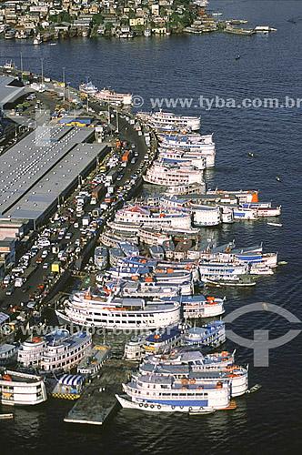 Vista aérea do porto de Manaus  às margens do rio Negro, destacando as embarcações regionais, a avenida Manaus moderna, a Feira do Produtor e, ao fundo, o bairro de Educandos - Manaus - AM - Brasil - julho de 2001  O conjunto arquitetônico do porto da cidade de Manaus é Patrimônio Histórico Nacional desde 14-10-1987.  - Manaus - Amazonas - Brasil