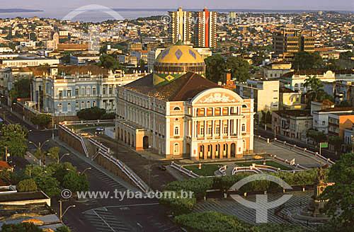 Teatro Amazonas - atrás, o Palácio de Justiça e, ao fundo, o Rio Negro - Manaus - AM - Brasil / Data: 2000.  O teatro é Patrimônio Histórico Nacional desde 20-12-1966, sendo o primeiro monumento, em Manaus, tombado pelo Patrimônio Histórico.