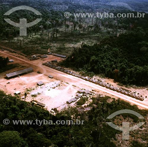 Casas e clareira em frente de trabalho da construção da Rodovia Transamazônica - AM - BrasilData: 1971