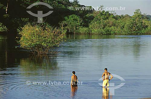 Ecoturistas na Amazônia, tomando banho num braço do rio Tarumã, no hotel de selva EcoparkManaus - AM (agosto de 2001)  - Manaus - Amazonas - Brasil