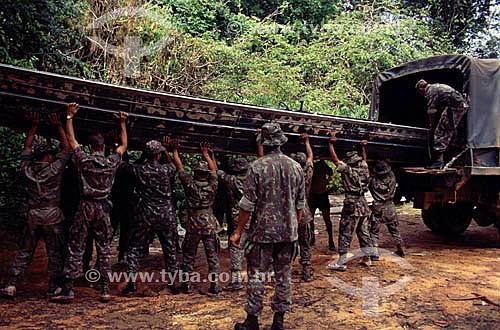 Exército de fronteira retirando canoa com casco de alumínio para navegação no Alto Rio Negro a partir de São Gabriel da Cachoeira em direção à Colômbia - AM - Brasil  - São Gabriel da Cachoeira - Amazonas - Brasil