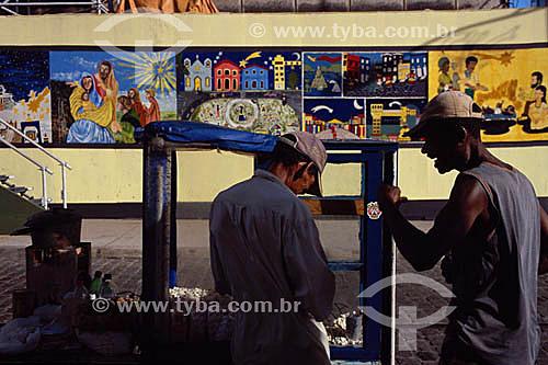 Dois homens conversando - Pelourinho - Salvador  - BA - Brasil   A cidade é Patrimônio Mundial pela UNESCO desde 06-12-1985.  - Salvador - Bahia - Brasil