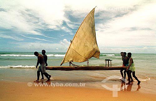 Pescadores carregando jangada na praia de Itapoa - Salvador - Bahia - Brasil  - Salvador - Bahia - Brasil