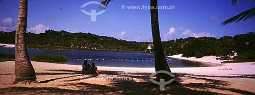 Pessoas à sombra dos coqueiros da Lagoa de Abaeté - Salvador - Bahia - Brasil  - Salvador - Bahia - Brasil