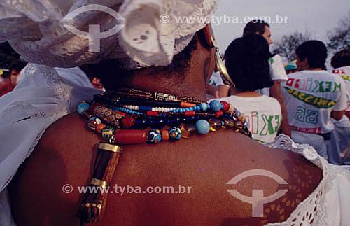 Baiana de costas com uma figa e vários colares no pescoço - Salvador - BA - Brasil  - Salvador - Bahia - Brasil