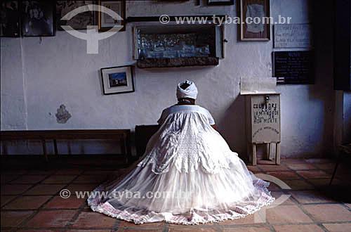 Baiana habitualmente devota ao candomblé, rezando em interior de igreja católica - Salvador - BA - Brasil  - Salvador - Bahia - Brasil