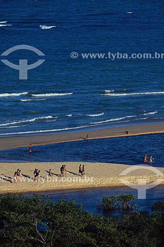 Pessoas na praia de Trancoso - Porto Seguro (1) - litoral sul da Bahia - Brasil(1) A área denominada Costa do Descobrimento (Reserva da Mata Atlântica) é Patrimônio Mundial pela UNESCO desde 01-12-1999 e nela estão localizadas 23 áreas de proteção ambiental na Bahia (incluindo Porto Seguro).  - Porto Seguro - Bahia - Brasil