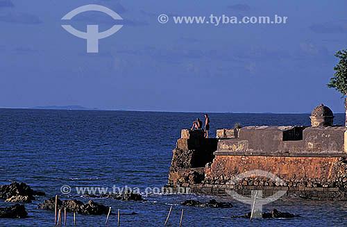 Duas pessoas nas ruínas do Forte - Morro de São Paulo - litoral da Bahia  - Cairu - Bahia - Brasil