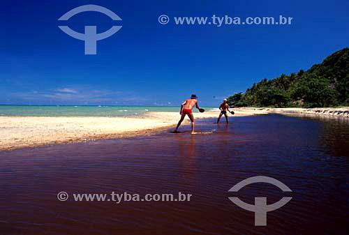 Homens jogando fescobol - Lagoa do Satu - Caraíva - Bahia - Brasil  - Porto Seguro - Bahia - Brasil