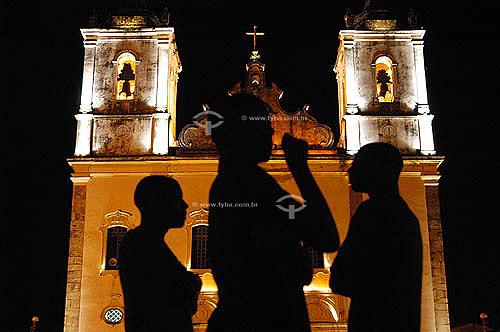 Silhueta de jovens conversando e frente à Igreja da Matriz iluminada - Santo Amaro da Purificação - Bahia - Brasil  - Santo Amaro - Bahia - Brasil
