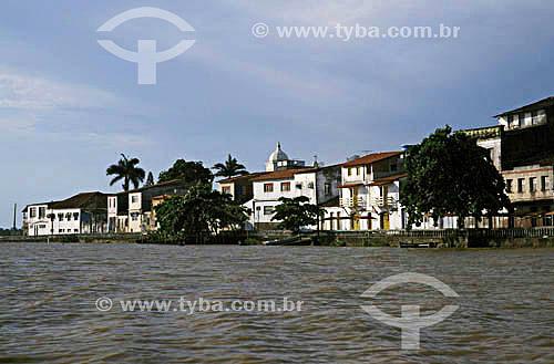 Cidade de Caravelas com mar em primeiro plano - Bahia - Brasil  - Caravelas - Bahia - Brasil