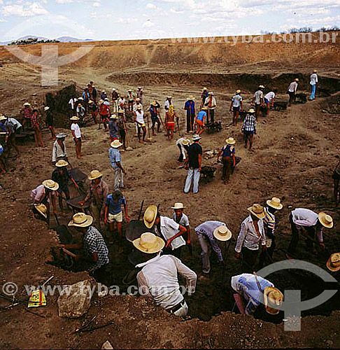 Homens de chapéu no garimpo - CE - Brasil  - Ceará - Brasil