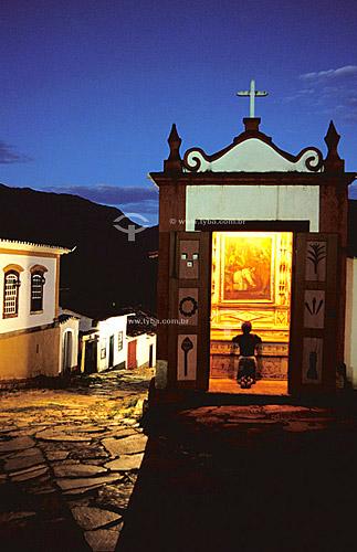 Mulher rezando - Paço da Câmara - Pacinho do 7 Oratório - Tiradentes  - MG - Brasil  O conjunto arquitetônico e urbanístico da cidade é Patrimônio Histórico Nacional desde 20-04-1938.  - Tiradentes - Minas Gerais - Brasil