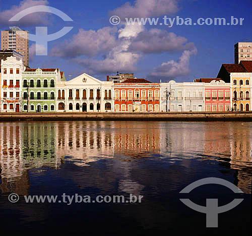 Rio Capibaribe em primeiro plano com  construções do bairro antigo ao fundo - Recife - Pernambuco - Brasil  - Recife - Pernambuco - Brasil