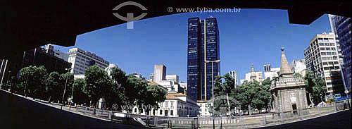 Chafariz da Pirâmide (1) à direita - também conhecido como Chafariz da Pirâmide - na Praça XV de Novembro com o Paço Imperial (2) em segundo plano à esquerda - Centro do Rio de Janeiro - RJ - Brasil(1) O Chafariz da Pirâmide, obra atribuída ao Mestre Valentim da Fonseca e Silva, de 1789, faz parte do conjunto da Praça XV de Novembro (século XVII) junto com o Arco do Telles, a Bolsa de Valores e a Estação das Barcas.(2) Construído em 1743, o Paço Imperial foi usado como casa de vice-reis do Brasil e, mais tarde, como sede dos governos do Reinado e do Império até a Proclamação da República em 15 de Novembro de 1889.  É Patrimônio Histórico Nacional desde 06-04-1938.  - Rio de Janeiro - Rio de Janeiro - Brasil