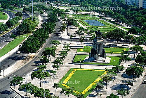 Vista área com a Estátua do Marechal Deodoro da Fonseca, na Praça de mesmo nome em primeiro plano e a Praça Paris, inaugurada em 1929 e reformada em 1992,  protegida por cerca em segundo plano - Glória - RJ - Brasil  - Rio de Janeiro - Rio de Janeiro - Brasil