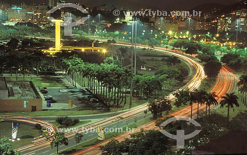 Vista noturna do Aterro do Flamengo ou Parque do Flamengo   com suas avenidas, prédios iluminados, o Monumento aos Mortos da Segunda Guerra Mundial - Monumento aos Pracinhas -  à esquerda e o Outeiro da Glória (Igreja de Nossa Senhora da Glória do Outeiro) ao fundo -  Rio de Janeiro - Brasil   Mais conhecido como Aterro do Flamengo, o Parque Brigadeiro Eduardo Gomes é a mais extensa área de lazer da cidade. Construído sobre aterramento de 1,2 milhão de metros quadrados tomados ao mar, abrange uma faixa de terra que se estende do Aeroporto Santos Dumont até o Morro da Viúva, em Botafogo. O projeto, inaugurado em 1964 e tombado em 1965, foi coordenado por Maria Carlota (Lota) Macedo Soares e os projetos arquitetônico e paisagístico são respectivamente de Affonso Eduardo Reidy e Burle Marx.  - Rio de Janeiro - Rio de Janeiro - Brasil