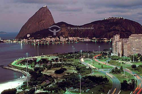 Parque do Flamengo ou Aterro do Flamengo (1) com Pão de Açúcar (2) ao fundo - Rio de Janeiro - RJ - Brasil(1) Mais conhecido como Aterro do Flamengo, o Parque Brigadeiro Eduardo Gomes é a mais extensa área de lazer da cidade. Construído sobre aterramento de 1,2 milhão de metros quadrados tomados ao mar, abrange uma faixa de terra que se estende do Aeroporto Santos Dumont até o Morro da Viúva, em Botafogo. O projeto, inaugurado em 1964, foi coordenado por Maria Carlota (Lota) Macedo Soares e os projetos arquitetônico e paisagístico são respectivamente de Affonso Eduardo Reidy e Burle Marx.  É Patrimônio Histórico Nacional desde 28-07-1965.(2) Patrimônio Histórico Nacional desde 08-08-1973.  - Rio de Janeiro - Rio de Janeiro - Brasil