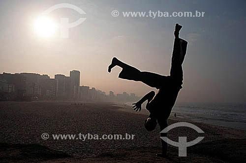 Rapaz lutando Capoeira na praia do Leblon – Rio de Janeiro – RJ  / Data: 2005