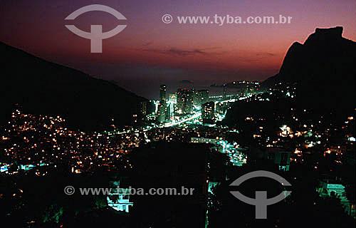 Iluminação noturna dos bairros da Rocinha (em primeiro plano) e São Conrado. Ao fundo a silhueta da Pedra da Gávea à direita - Rio de Janeiro - RJ - Brasil / Data: 05/1992
