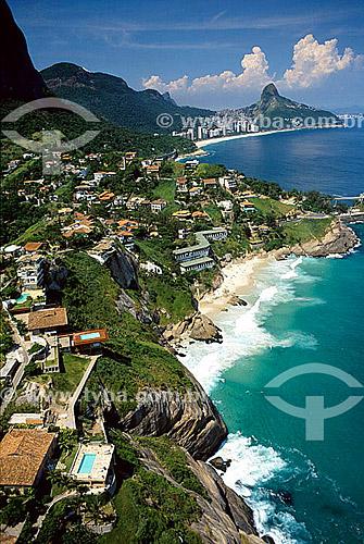 Praia da Joatinga com o Morro Dois Irmãos   ao fundo à direita - Rio de Janeiro - RJ - Brasil  Patrimônio Histórico Nacional desde 08-08-1973.  - Rio de Janeiro - Rio de Janeiro - Brasil