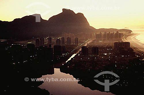Vista aérea da Barra da Tijuca ao entardecer com o Canal e a Lagoa de Marapendi e a Pedra da Gávea   ao fundo - Rio de Janeiro - RJ - Brasil  Patrimônio Histórico Nacional desde 08-08-1973.  - Rio de Janeiro - Rio de Janeiro - Brasil