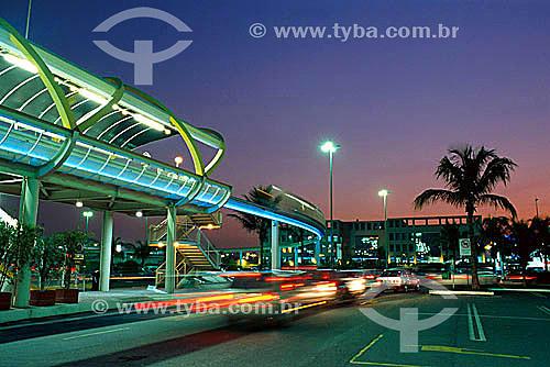 Monotrilho que circula ao redor do Barra Shopping à esquerda e o movimento dos carros - Rio de Janeiro - RJ - Brasil  - Rio de Janeiro - Rio de Janeiro - Brasil