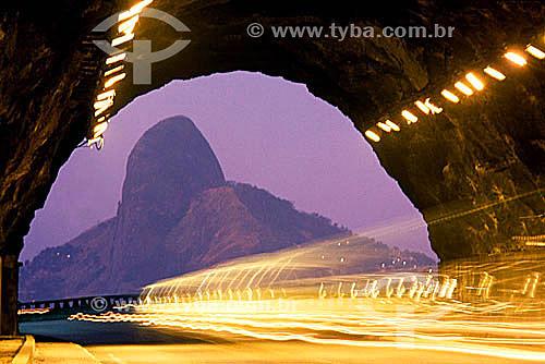 Risco da luz do carro em movimento no túnel do Elevado do Joá com o Morro Dois Irmãos   ao fundo, ao crepúsculo - Rio de Janeiro - RJ - Brasil  Patrimônio Histórico Nacional desde 08-08-1973.  - Rio de Janeiro - Rio de Janeiro - Brasil