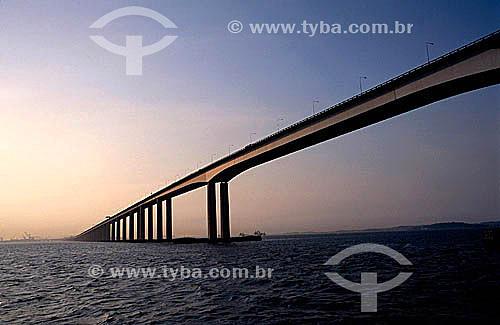 Ponte Rio-Niterói  na Baía de Guanabara - Rio de Janeiro - RJ - Brasil  A Ponte Rio-Niterói, cujo verdadeiro nome é Ponte Presidente Costa e Silva, tem 13.290m de extensão, liga a cidade do Rio de Janeiro à cidade de Niterói e foi inaugurada em 1974. A viga reta metálica do vão central sobre o canal de navegação, é uma das maiores no mundo, com mais de 970 mil toneladas, o que corresponderia a 800 edifícios de 10 andares, com quatro quartos.  - Niterói - Rio de Janeiro - Brasil