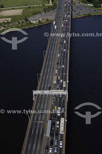 Vista aérea da Ponte Rio-Niterói  na Baía de Guanabara - Rio de Janeiro - RJ - Brasil  A Ponte Rio-Niterói, cujo verdadeiro nome é Ponte Presidente Costa e Silva, tem 13.290m de extensão, liga a cidade do Rio de Janeiro à cidade de Niterói e foi inaugurada em 1974. A viga reta metálica do vão central sobre o canal de navegação, é uma das maiores no mundo, com mais de 970 mil toneladas, o que corresponderia a 800 edifícios de 10 andares, com quatro quartos.  - Niterói - Rio de Janeiro - Brasil